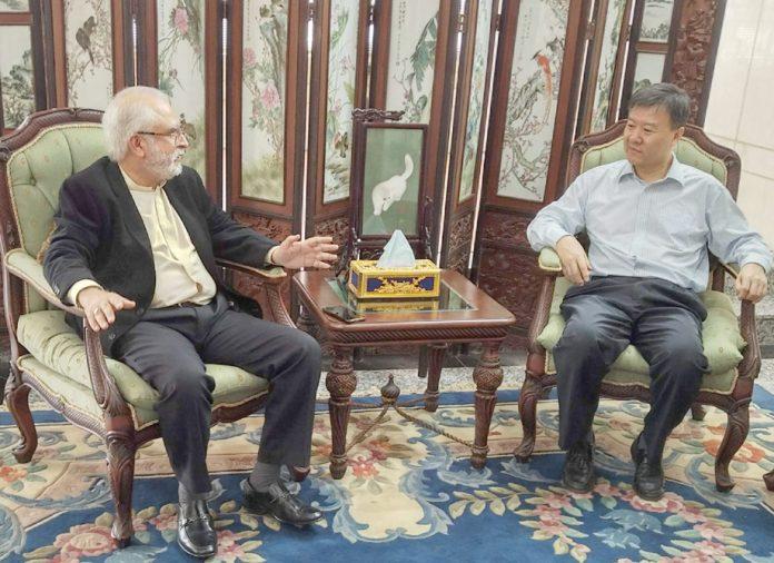 وزارت میری ٹائم افیئرزکے ایڈوائزر محمودمولوی چائنا کے قونصل جنرل مسٹڑ وانگ یو, سے تبادلہ خیال کررہے ہیں