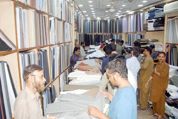حیدر آباد : لوگوں کی بڑی تعداد ایک دکان سے عید الفطر کی مناسب سے کپڑے خرید رہی ہے