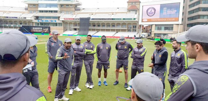 ناٹنگھم: پاکستان کرکٹ ٹیم کپتان سرفراز احمد دوران نیٹ پریکٹس کھلاڑیوں سے گفتگو کررہے ہیں