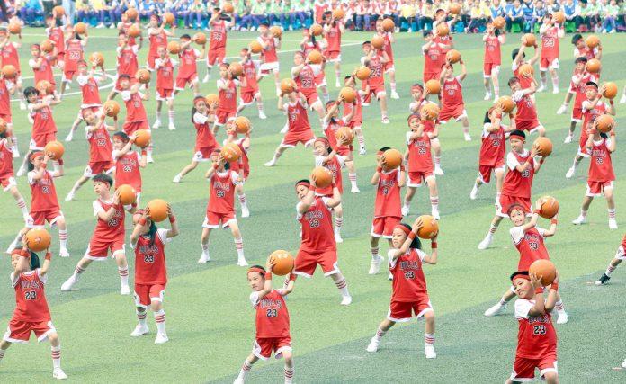 تائین جن: ضلع ٹائی جن نارتھ چائنا میں پرائمری اسکول 2ہزار طلبہ کھیلوں کے مقابلوں کے دوران ایکشن میں