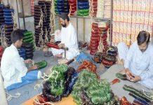حیدر آباد : عیدالفطر کی مناسبت سے چوڑی کی کارخانے میں مزدور چوڑیوں کی تیاری میں مصروف ہیں