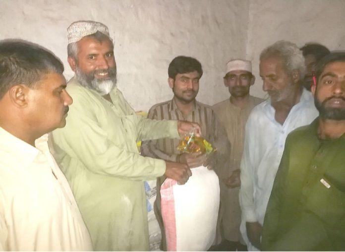 جیکب آباد ،ناظم حلقہ جماعت اسلامی سعید سومرو مستحقین میں راشن تقسیم کررہے ہیں