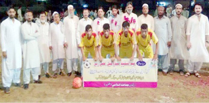 کراچی: امیر ضلع شمالی محمد یوسف جماعت اسلامی کا یوتھ منگھو پیر فٹ بال ٹورنامنٹ میں شریک ٹیم کے ہمراہ گروپ فوٹو