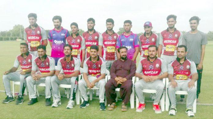 کراچی: رمضان ٹی 20ٹورنامنٹ میں کوئٹہ ہیروز کی ٹیم کا منیجر کلیم آغاز کے ساتھ گروپ فوٹو