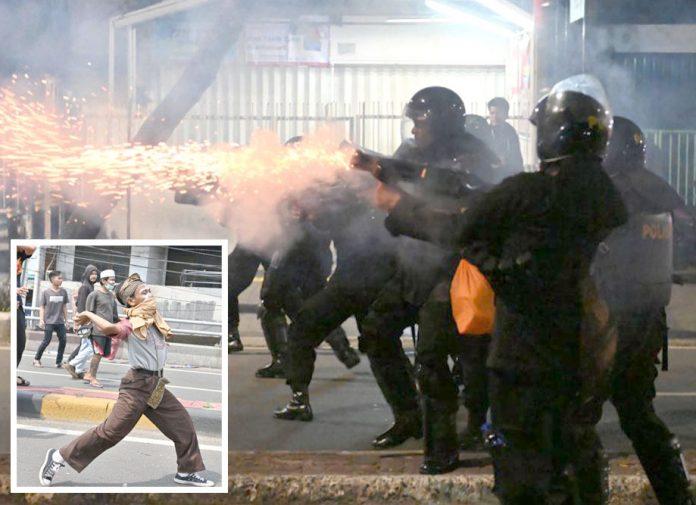 جکارتا: پولیس اور مظاہرین کے درمیان جھڑپ ہورہی ہے