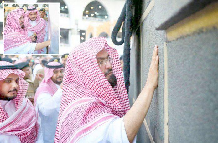 مکہ مکرمہ: امورِ حرمین شریفین کے سربراہ شیخ عبدالرحمن سدیس حجر اسود اور ملتزم کو عطر لگا رہے ہیں