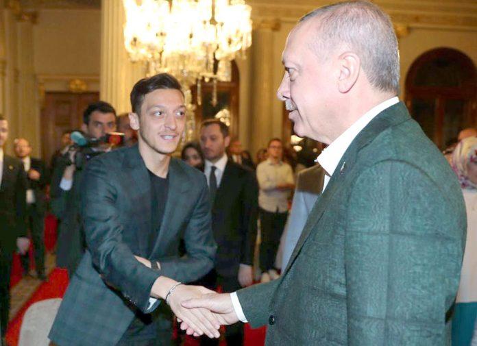 انقرہ: تُرک صدر رجب طیب اردوان جرمن فٹ بالر مسعود اوزل سے ملاقات کررہے ہیں
