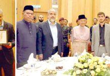 کوالالمپور: حماس کا وفد خالد مشعل کی قیادت میں ملائیشین وزیراعظم مہاتیر محمد سے ملاقات اور مقامی شخصیات سے امدادی چیک وصول کررہا ہے
