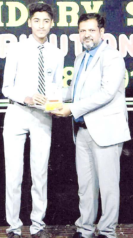 سرفراز پائلٹ اسکول پی اینڈ ٹی کالونی کورنگی کے طالب علم محمد احسن کو دس برس تک اسکول سے چھٹی نہ کرنے پر پرنسپل ایوارڈ دے رہے ہیں
