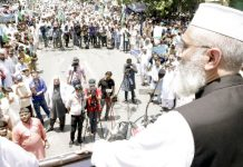 لاہور: امیر جماعت اسلامی پاکستان سراج الحق بے روزگاری اور آئی ایم ایف کی غلامی کے خلاف مال روڈ پر عوامی مارچ کے شرکا سے خطاب کررہے ہیں