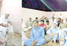 عبدالجمیل خان پروفیسر اورنگزیب مرحوم کی یاد میں تعزیتی اجتماع سے خطاب کر رہے ہیں، مولانا ثناء اللہ بھی موجود ہیں