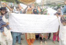 سانگھر کے رہائشی کونسلر حیدر مری کے خلاف پریس کلب کے سامنے احتجاج کر رہے ہیں
