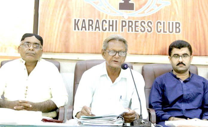 گلشن بروہی اور راجپوت ٹاؤن پر قبضہ کے خلاف نذر احمد اشرافی اہل محلہ کے ساتھ پریس کانفرنس کر رہے ہیں