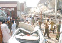 فیصل آباد:دھماکے سے تباہ ہونے والی عمارت کے پاس ریسکیو اہلکارجمع ہیں