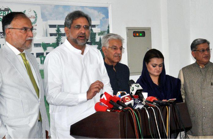 اسلام آباد: پارلیمنٹ ہائوس کے باہرسابق وزیراعظم شاہد خاقان عباسی میڈیا سے گفتگو کررہے ہیں، مریم اورنگزیب، احسن اقبال اور خواجہ آصف بھی موجود ہیں