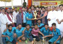 کراچی: کے الیکٹرک اجالا فٹ بال ٹورنامنٹ کی فاتح ٹیم کا مہمان خصوصی کے ہمراہ گروپ فوٹو