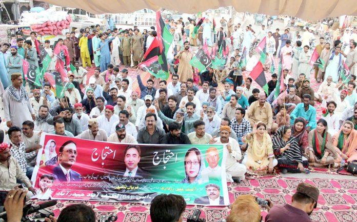 حیدرآباد: پیپلزپارٹی کے کارکنان آصف علی زرداری اور فریال تالپور کی گرفتار ی کیخلاف احتجاج کررہے ہیں
