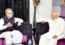 کراچی: صدر مملکت ڈاکٹر عارف علوی سینیٹر حاصل خان بزنجو سے ملاقات کررہے ہیں