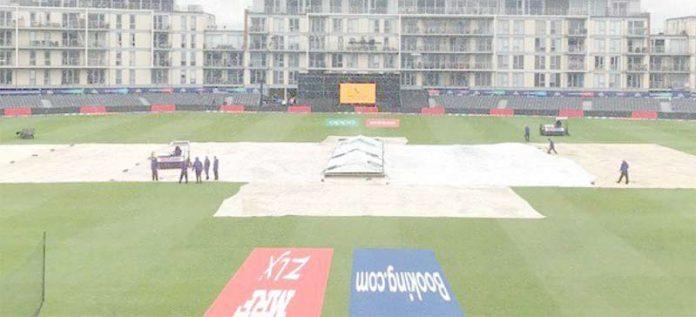 برسٹل : بنگلادیش اورسری لنکا کے درمیان کھیلے جانے والے میچ میں بارش کے بعد گرائونڈ اسٹاف پچ کو کورسے ڈھانپ رہاہے