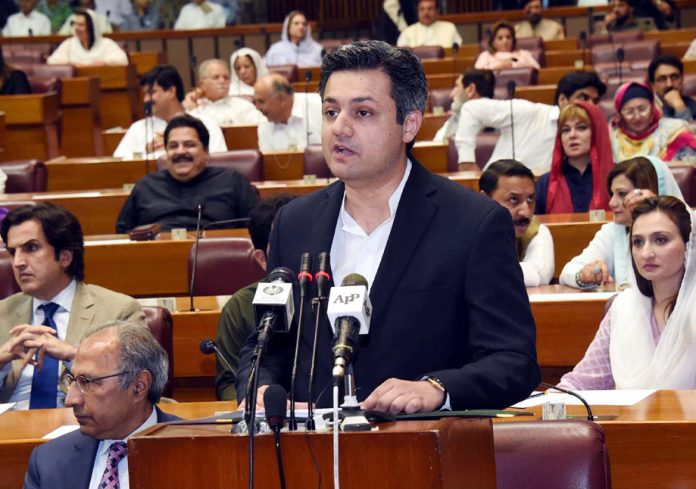 اسلام آباد: وزیر مملکت برائے ریونیو حماد اظہر بجٹ پیش کررہے ہیں