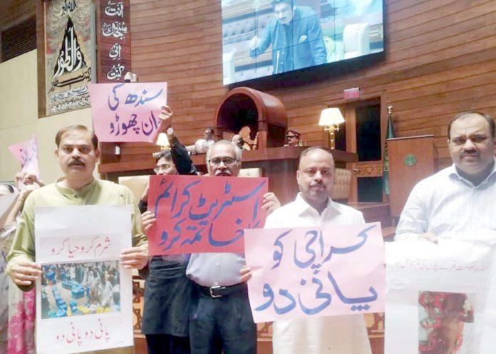 کراچی: سندھ اسمبلی اجلاس کے دوران اراکین کراچی میں پانی کی قلت کے خلاف احتجاج کررہے ہیں