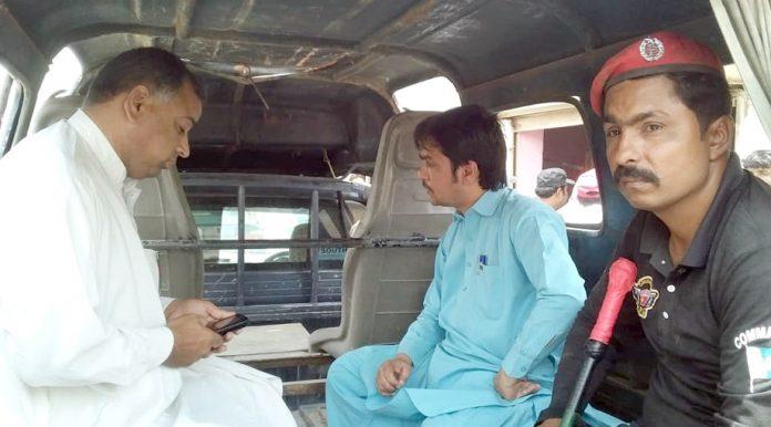 جیکب آباد : اتائی ڈاکٹروں کیخلاف کارروائی کے دوران پولیس ملزمان کو پکڑ کر لے جارہی ہے