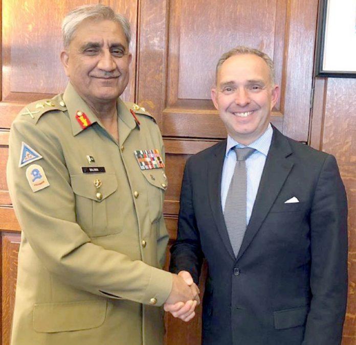لندن:آرمی چیف جنرل قمر جاوید باجوہ برطانوی مشیر قومی سلامتی سے ملاقات کے دوران مصافحہ کررہے ہیںلندن:آرمی چیف جنرل قمر جاوید باجوہ برطانوی مشیر قومی سلامتی سے ملاقات کے دوران مصافحہ کررہے ہیں