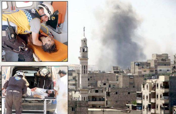 ادلبــ؍ حما: روسی اور اسدی افواج کی بم باری کے بعد دھواں اٹھ رہا ہے' زخمیوں کو اسپتال منتقل کیا جارہا ہے