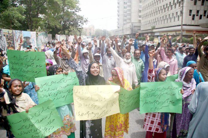 کراچی: پریس کلب کے باہر فشر مین براداری کے افراد مطالبات کے حق میں مظاہرہ کررہے ہیں