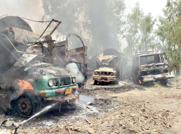 اوباڑو: ایکسائز پولیس ریسٹ ہائوس میں آتشزدگی کے دوران گاڑیوں میں آگ لگی ہوئی ہے