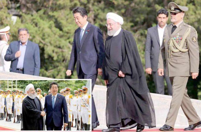 تہران: ایرانی صدر حسن روحانی دورے پر آئے جاپانی وزیراعظم شنزوآبے کا استقبال کرررہے ہیں