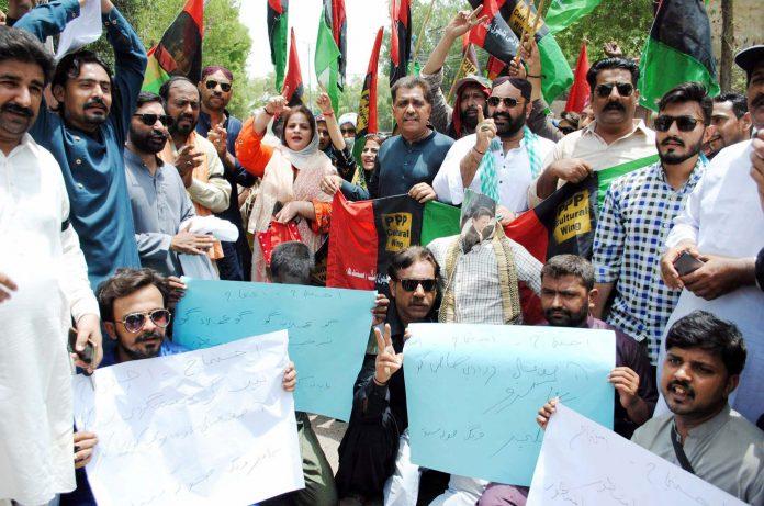 حیدرآباد: پیپلزپارٹی کے کارکنان سابق صدر آصف علی زرداری کی گرفتاری کیخلاف پریس کلب کے باہر احتجاج کررہے ہیں
