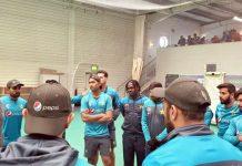 مانچسٹر: پاکستانی قومی ٹیم کے کپتان سرفراز احمد اولڈ ٹریڈفورڈاسٹیڈیم میں کھلاڑیوں سے گفتگو کررہے ہیں