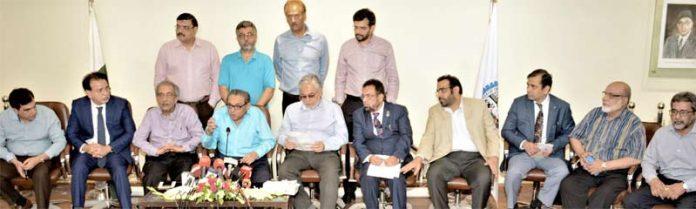 کراچی چیمبر کے صدر جنید اسماعیل مکڈا ، سراج قاسم تیلی، انجم نثار، زبیر موتی والااور دیگر ارکان بی ایم جی بعد از بجٹ پریس کانفرنس سے خطاب کررہے ہیں