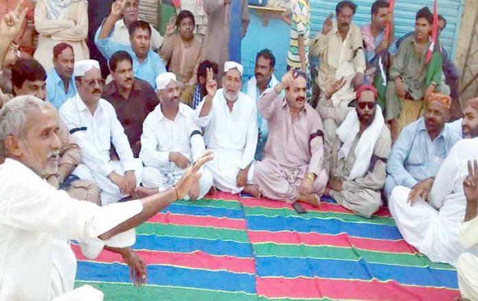 لاڑکانہ ،پیپلزپارٹی کے کارکنان آصف زرداری کی گرفتاری کے خلاف احتجاج کررہے ہیں