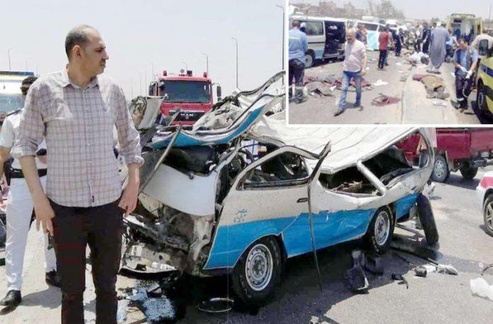 قاہرہ: حادثے کا شکار ہونے والی منی بس مکمل تباہ ہوگئی ہے' امدادی کارکن کارروائی کررہے ہیں