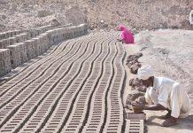 فیصل آباد ،محنت کشن سخت گرمی میں اینٹوں کے بھٹے پر کام کررہا ہے