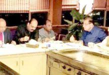 ایف پی سی سی آئی کے نائب صدر عبدالوحید کے اعزاز میں دیئے گئے ڈنر میں یو بی جی کے سرپرست اعلیٰ ایس ایم منیراور دیگر موجود ہیں