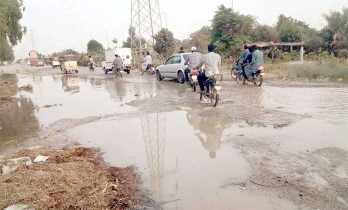 احسن آباد: کاٹن سوسائٹی، ڈائمنڈ ٹیرس اور ایڈ مور پٹرول پمپ سے متصل سڑک پر گٹر کے پانی کی وجہ سے گزرنے والوںکومشکلات کاسامناہے