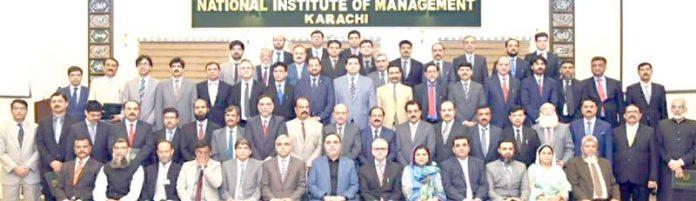 25 ویں سینئر مینجمنٹ کورس مکمل کرنے والے افسران کا گورنر سندھ عمران اسماعیل کے ہمراہ گروپ فوٹو