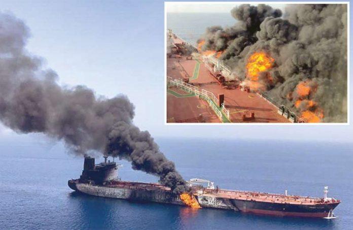 خلیج عمان: حملے کے بعد تیل بردار جہاز سے شعلے اور دھواں بلند ہورہا ہے