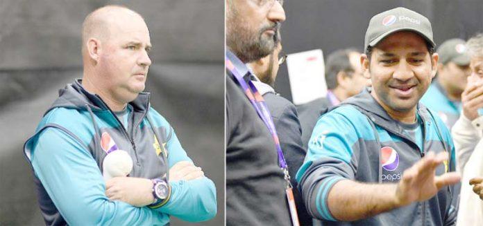 ٹائونٹن: پاکستان کرکٹ ٹیم کے کپتان سرفراز احمد پریس کانفرنس کے بعد باہر آرہے ہیں ،مکی آرتھر پریکٹس کی نگرانی کرتے ہوئے