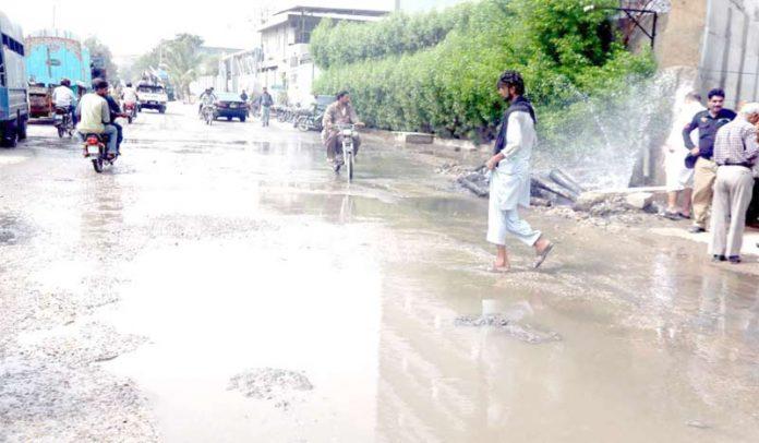 ناظم آباد سائٹ کے علاقے میں واٹر بورڈ کی لائن سے نکلنے والا پانی ضائع ہو رہا ہے، سڑک ٹوٹ پھوٹ کا شکار ہے