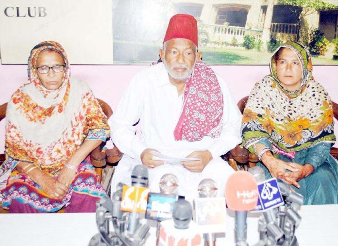 حیدرآباد ،دادو کا رہائشی خاندان پریس کانفرنس کررہا ہے