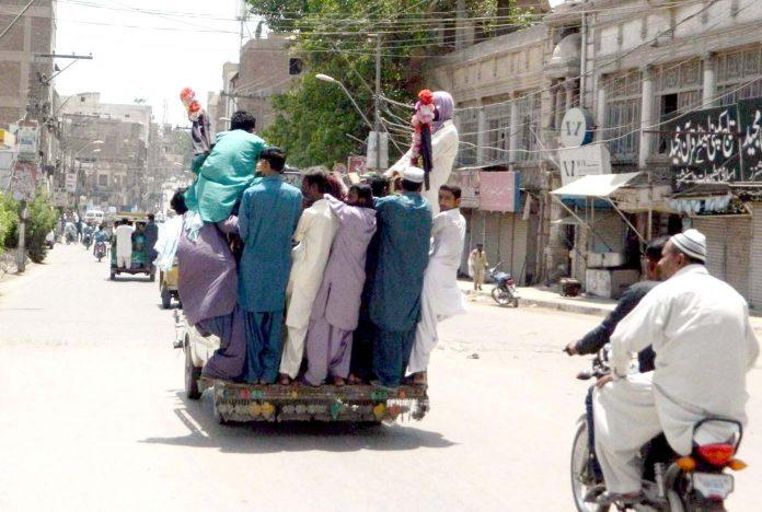 حیدرآباد ،شہری خطرناک انداز سے سوزوکی وین میں سفر کررہے ہیں جو کسی بھی حادثے کا باعث بن سکتا ہے