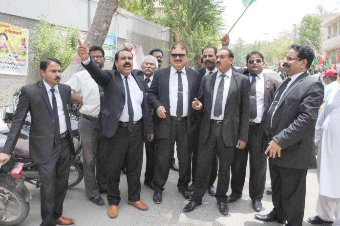 حیدرآباد ،وکلا برادری سابق صدر آصف زرداری کی گرفتاری کے خلاف پریس کلب کے سامنے احتجاج کررہے ہیں
