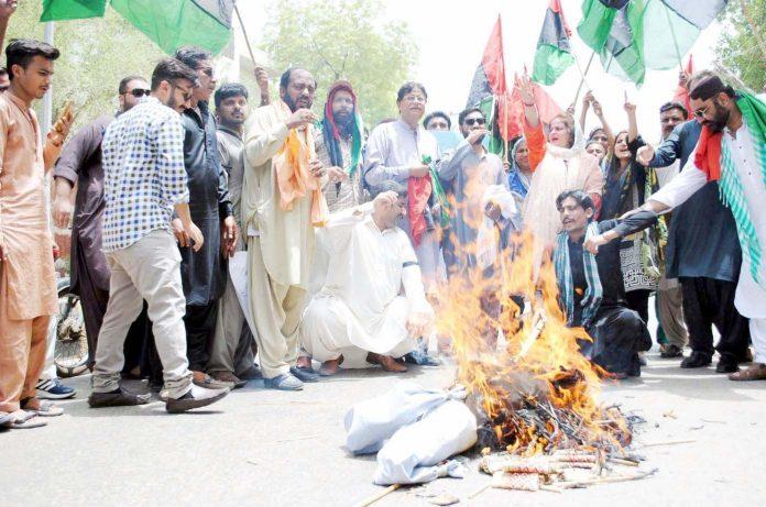حیدرآباد ،جیالے اپنے قائد آصف زرداری کی گرفتاری کیخلاف پریس کلب کے سامنے پتلا نذرآتش کررہے ہیں