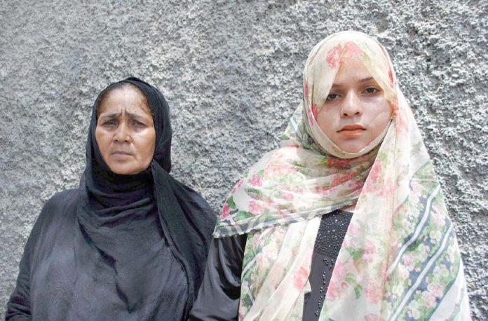 حیدرآباد ،ممتاز کالونی کے رہائشی پولیس گردی کے خلاف پریس کلب کے سامنے احتجاج کررہے ہیں