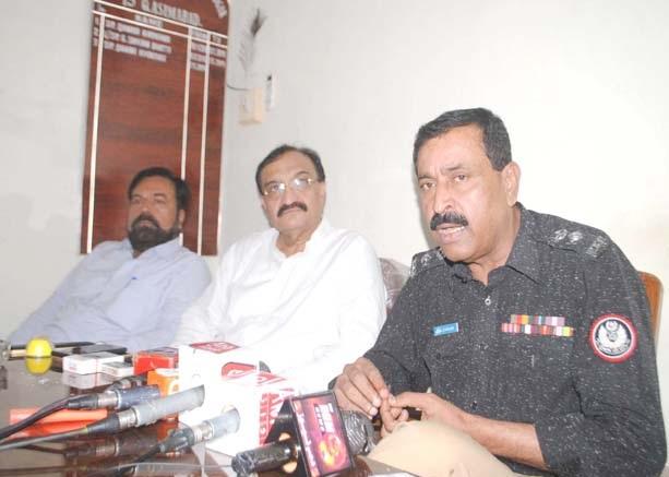 حیدر آباد : سپرنٹنڈنٹ پولیس قاسم آباد ہیڈ کوارٹر ذوالفقار زرداری پریس کانفرنس کررہے ہیں