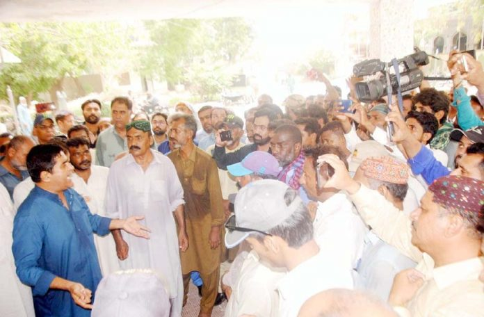 حیدر آباد : محکمہ آبپاشی کے ملازمین مطالبات کی عدم منظوری کیخلاف پریس کلب پر احتجاجی مظاہرہ کررہے ہیں